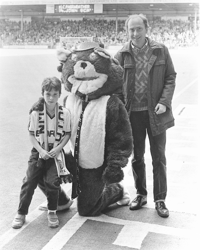 Phil Wash with dad Roger and club mascot Kenilworth Cat